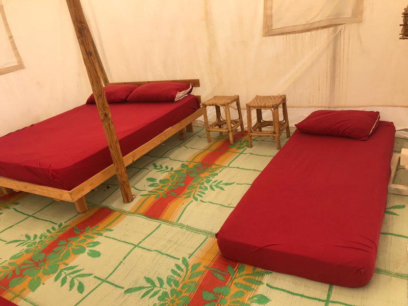 בכל אוהל: מזגן, 2 מיטות, מזרונים לילדים, מצעים הכוללים: סדינים, ציפות וכריות, נקודות חשמל, מחצלת