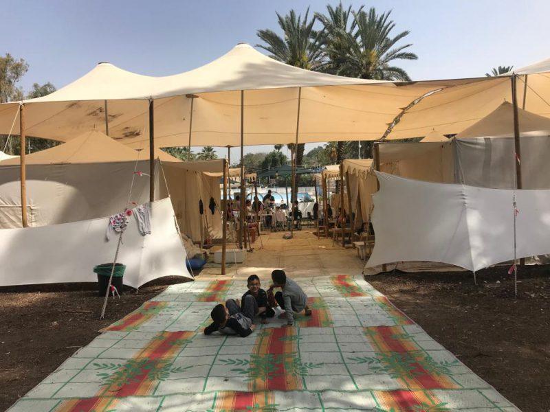 מטבח שדה לכל 6 אוהלים הכולל: משטחי עבודה, שולחנות וכיסאות אוכל, מקרר, מיחם, כיריים, הצללה